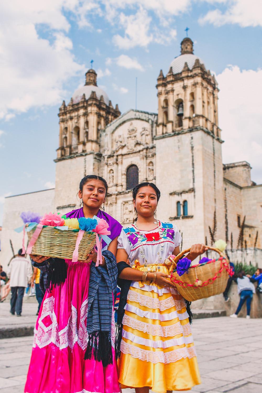 mulheres com vestes étnicas