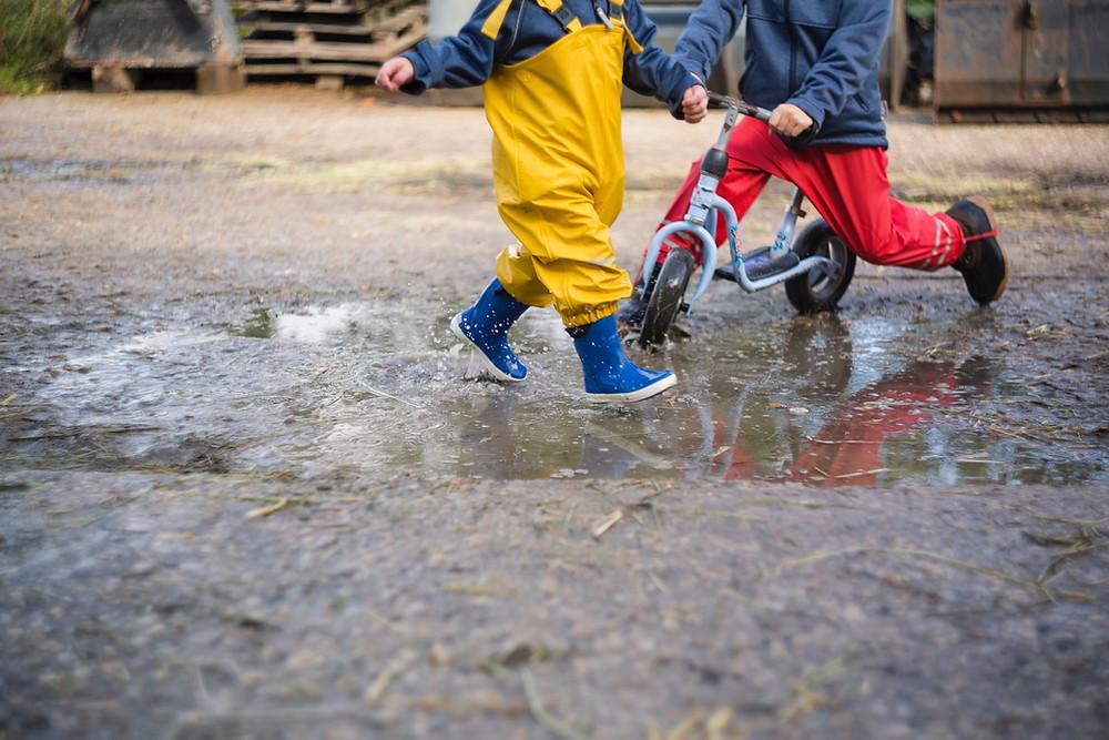Due bambini che giocano fuori