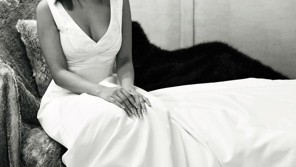 Sposa con vestito bianco seduta su una pelliccia