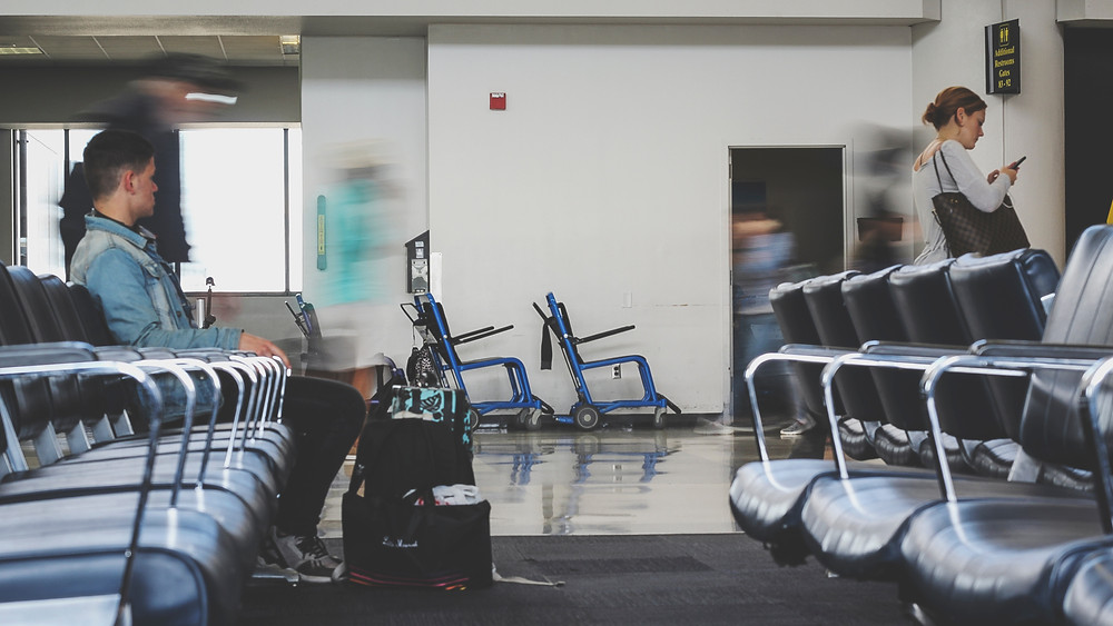 Dos viajeros de EE. UU. reciben costosa multa por documentos de vacunación falsos.