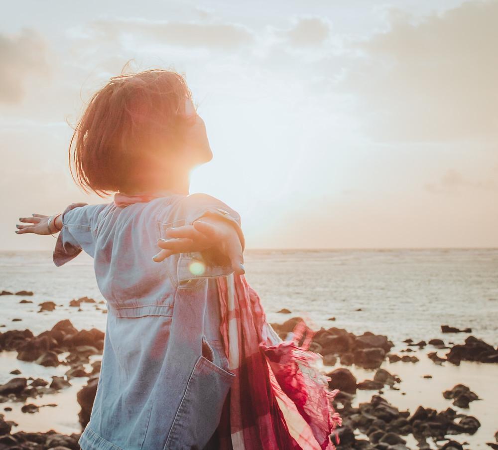 Frau am Strand im Sonnenschein