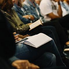 Grupo de pessoas reunidas para ler a bíblia