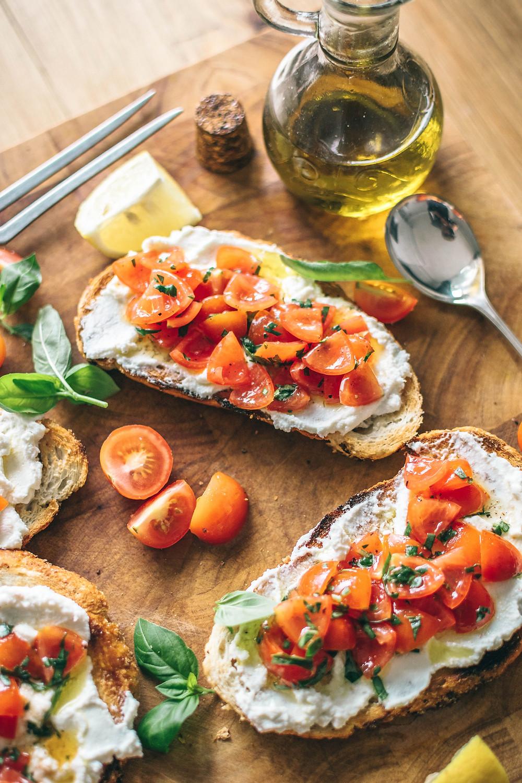 foto de pratos italianos, bruschetta, tomate cereja e azeite de oliva