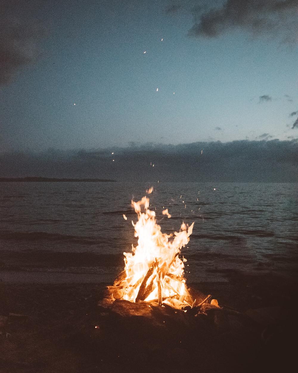 Aiguiser notre discernement à la manière d'un feu qui nous réchauffe ou nous brûle participe à développer notre auto-compassion.