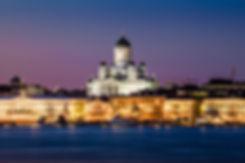 Helsingin Tuomiokirkko, presidentin linna ja meri talvisena iltana.