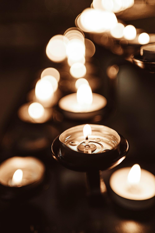 várias velas pequenas acesas