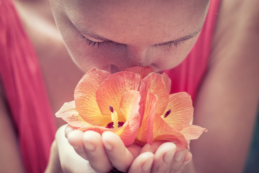 Virágot szagoló nő