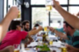 Collègues buvant une bière lors d'une team building