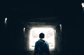 נער עומד בכניסה למנהרה