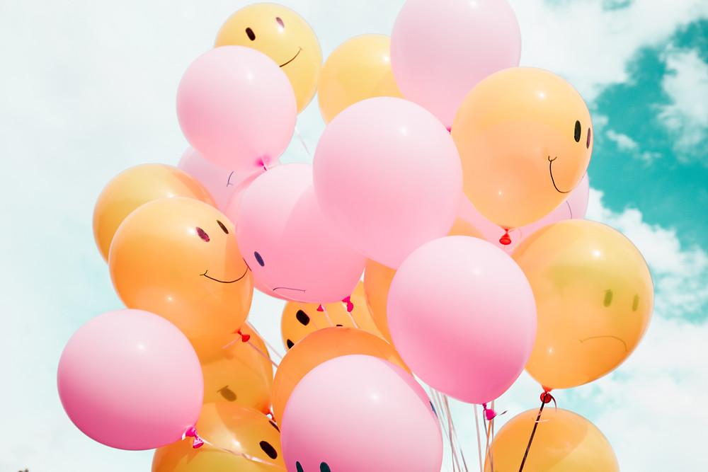 Des ballons roses et orange signe de joie de liberté et de confiance en soi