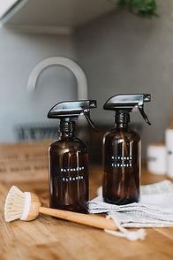 """Image de fond : Spray en plastique avec étiquettes """"Bathroom"""" et """"Kitchen""""."""