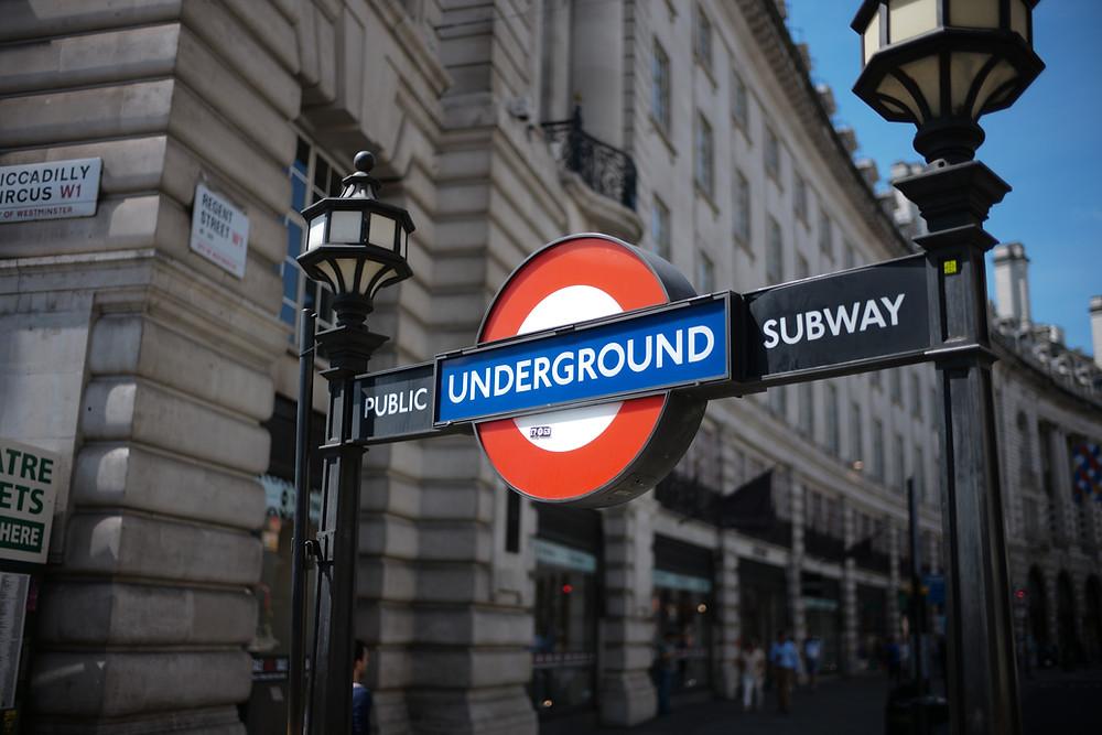 הסמל המפורסם של הרכבת התחתית של לונדון - הטיוב