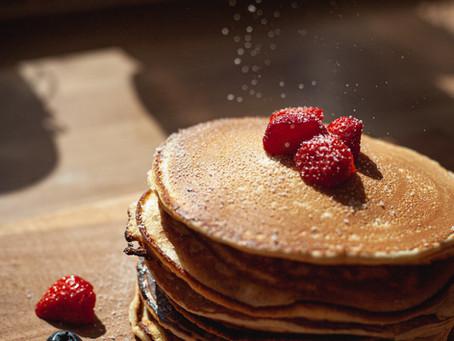 Gesunde Pancakes mit Beerenmus