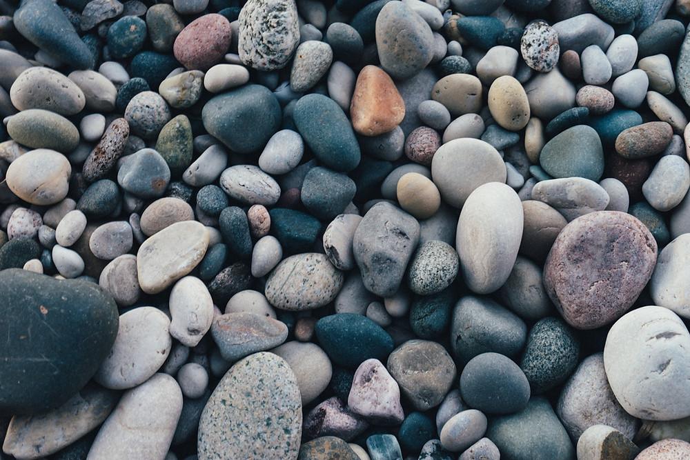 Conjunto de pequenas pedras simulando cálculos biliares