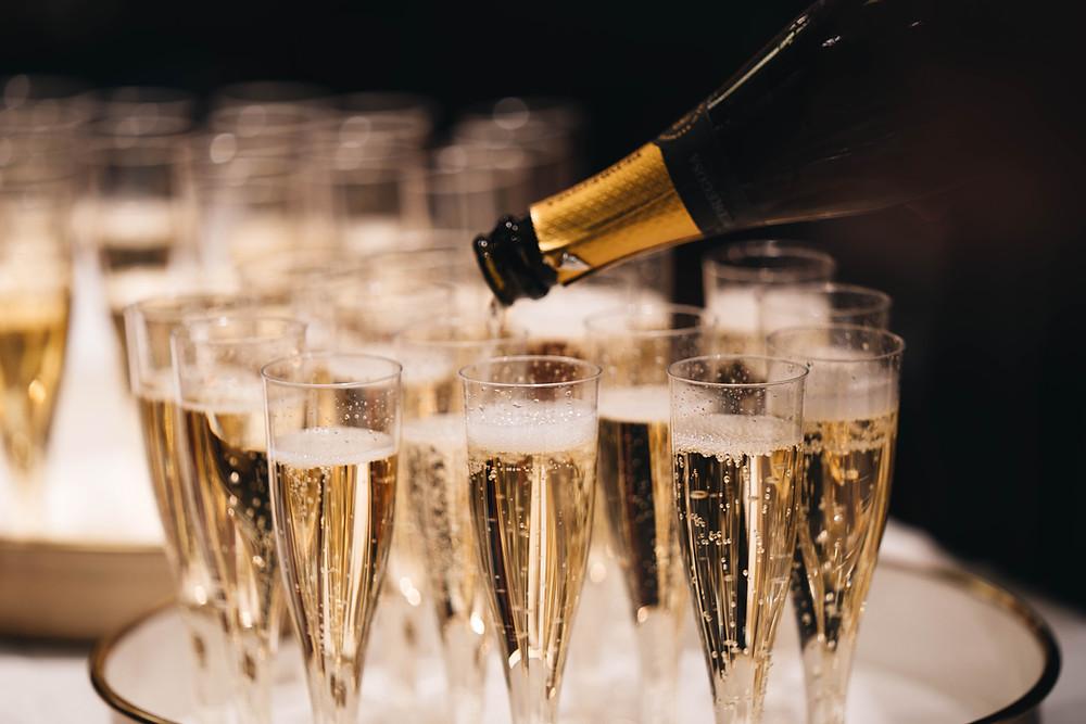 bir davet bardağa şampanya koyuluyor