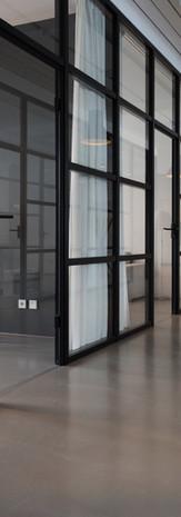 Trendy glassvegger. Kan brukes privat og til kontorbygg.