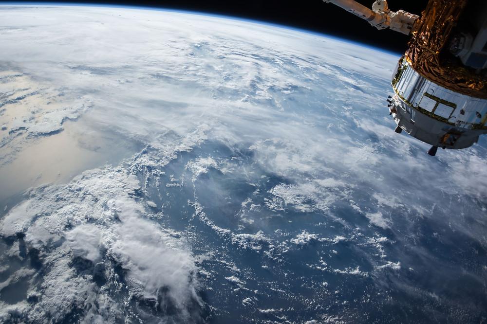 Satélite viendo hacia el planeta Tierra