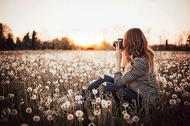 Fotoshooting auf einer Wiese mit einer Frau