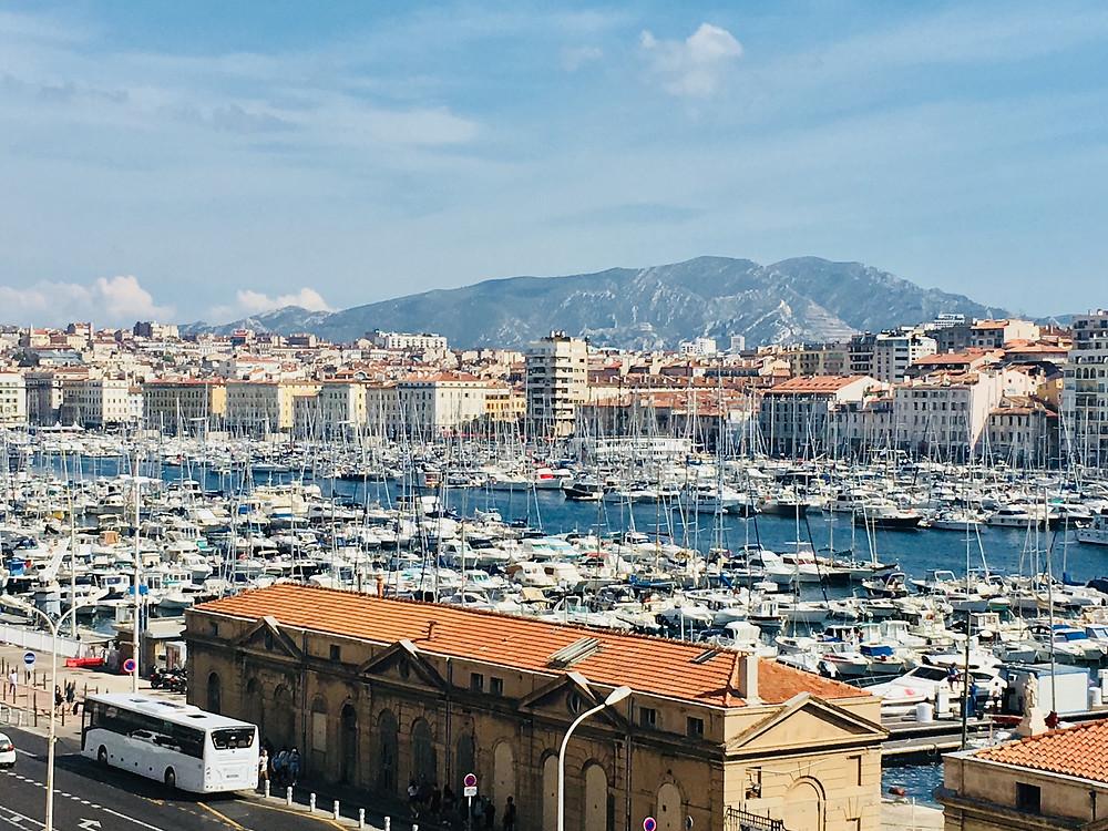 נמל הדייגים העתיק במרסיי צרפת , נמל ים תיכוני שדרכו הגיעו מהגרים רבים לעיר ולצרפת כולה