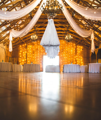 Installation de drapés et guirlandes de lumières. Décoration de mariage