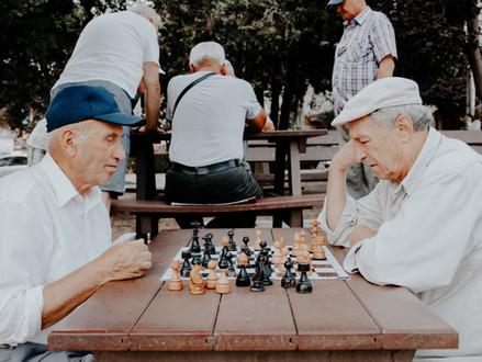 Důchodci na dlažbě