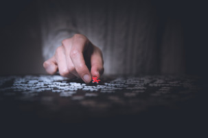 Puzzle therapy: τα οφέλη της συμπλήρωσης παζλ στην υγεία