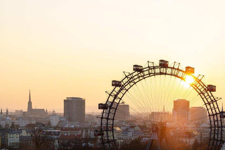 Blick über die Stadt Wien mit Riesenrad und Stephansdom