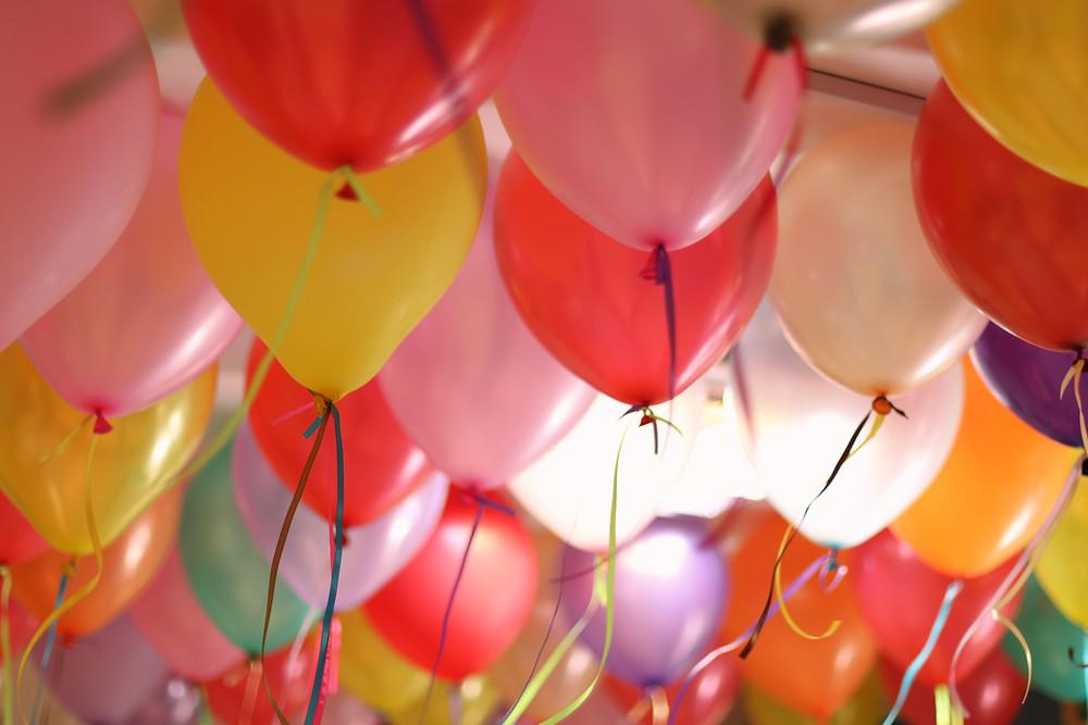 balões coloridos encostando no texto