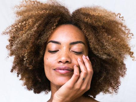Além do estresse, entenda outras causas para aumento de queda do cabelo