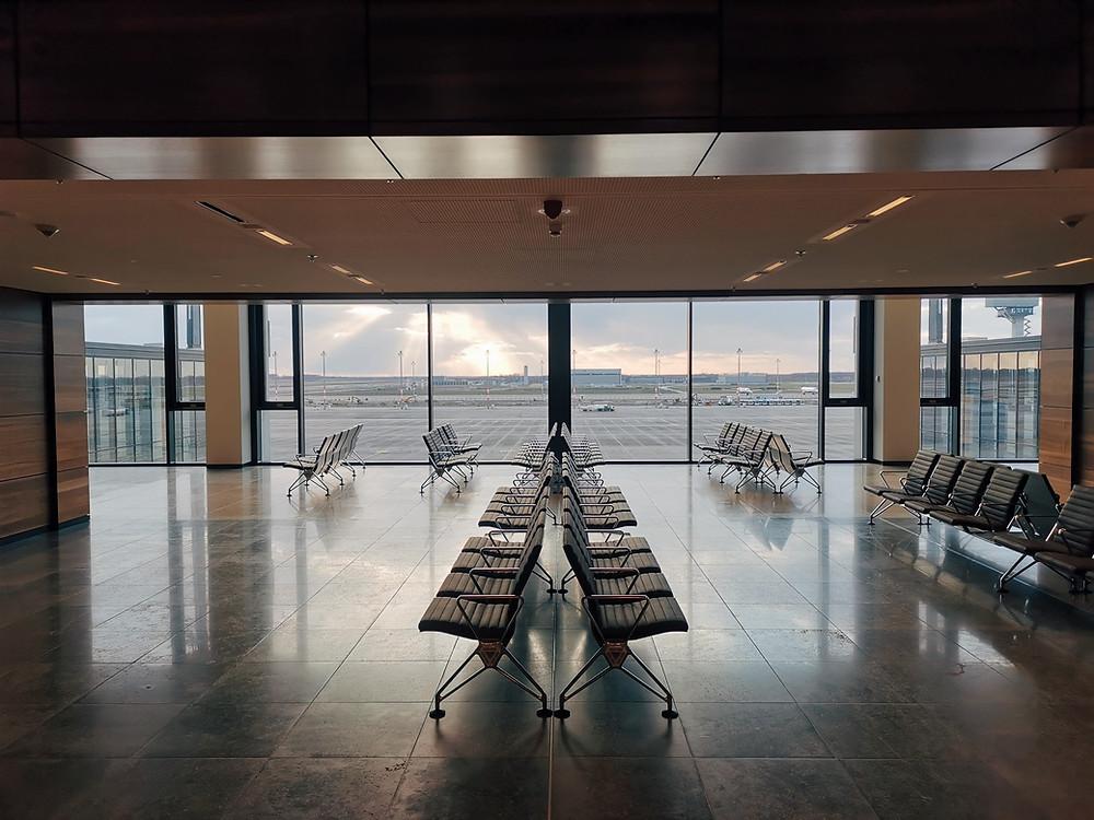 אולם נוסעים ריק בתוך שדה תעופה