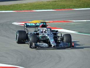 Hamilton signs one-year contract with Mercedes
