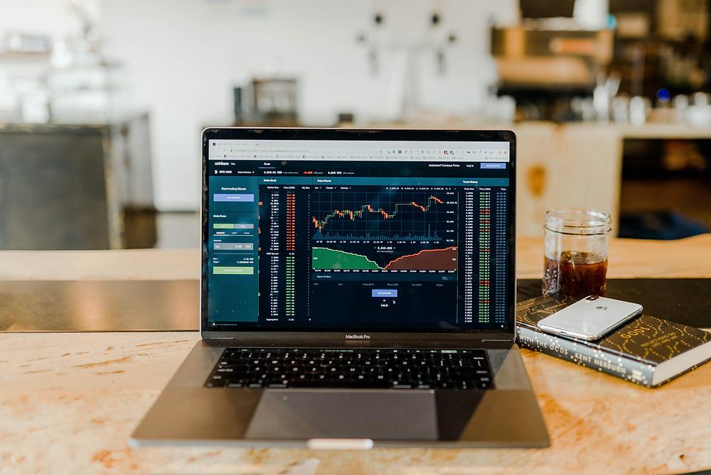 pc con schermata di piattaforma per fare trading online