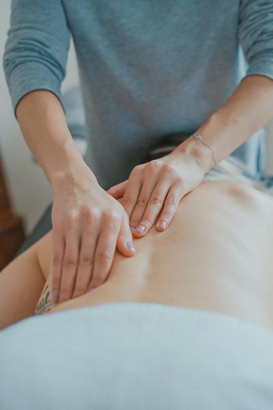 foto de um fisioterapeuta trabalhando