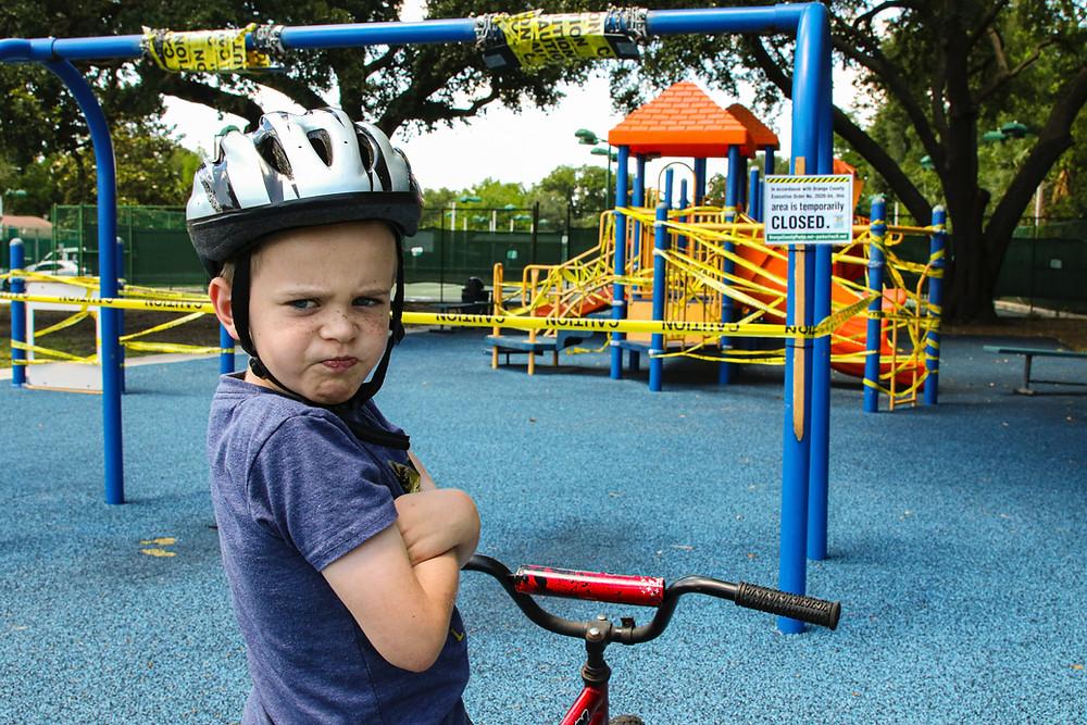 wütendes Kind auf Spielplatz