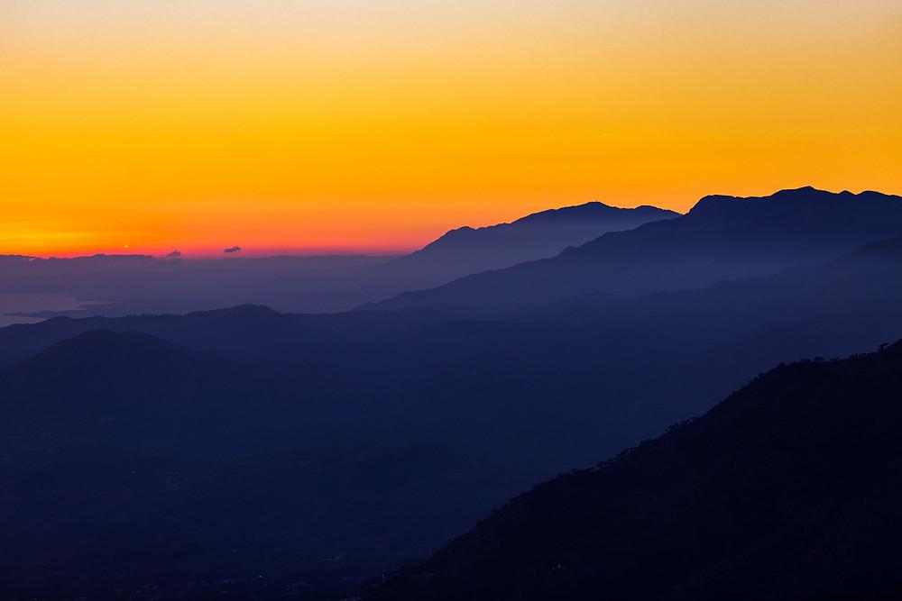 Sonnennaufgang Sonnenuntergang. bunte Berge. Crowdfunding