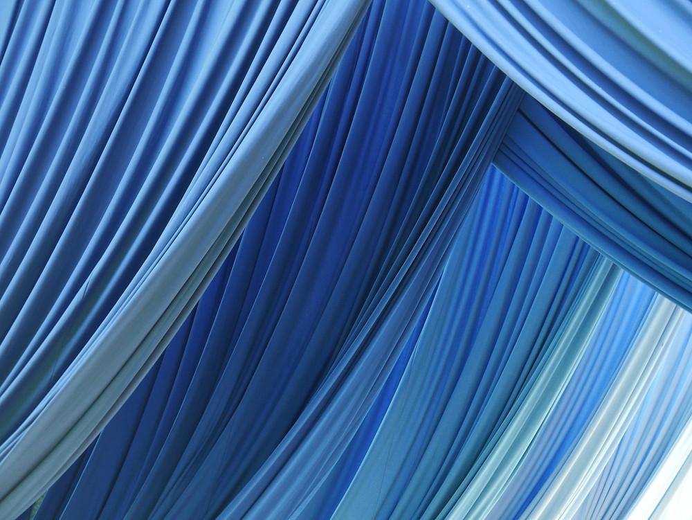 cortinas de tecido, com muitas dobras, sobrepostas