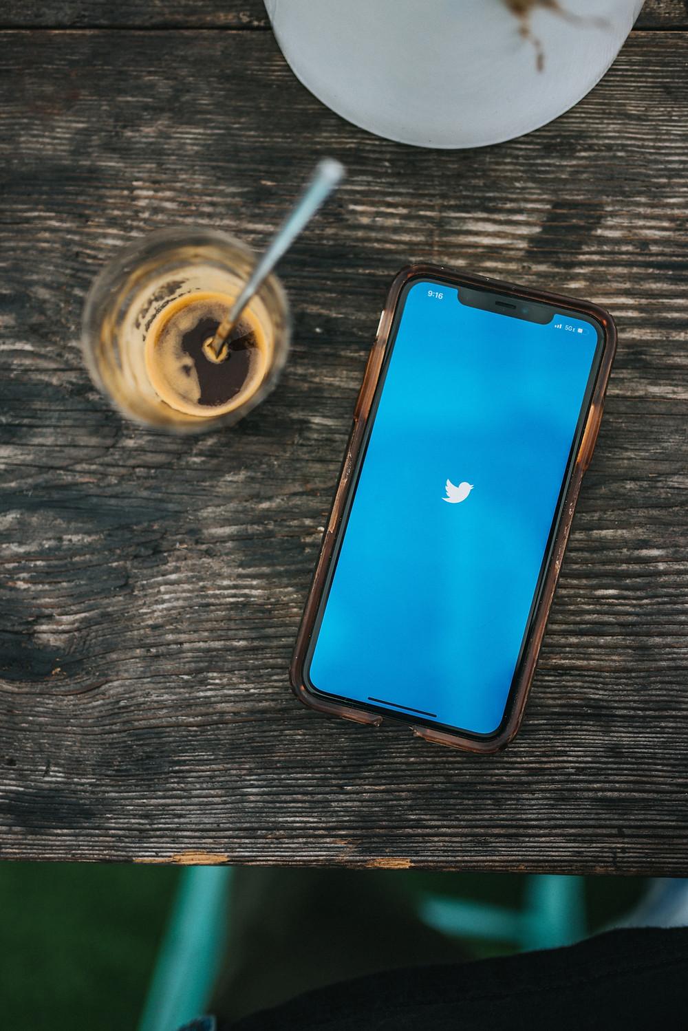 Smartphone und Kaffe mit twitter