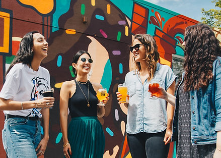 Groupes d'amies réunies autour d'un verre Paris