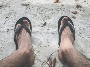 Pijn in je voeten? Vermijd teenslippers!