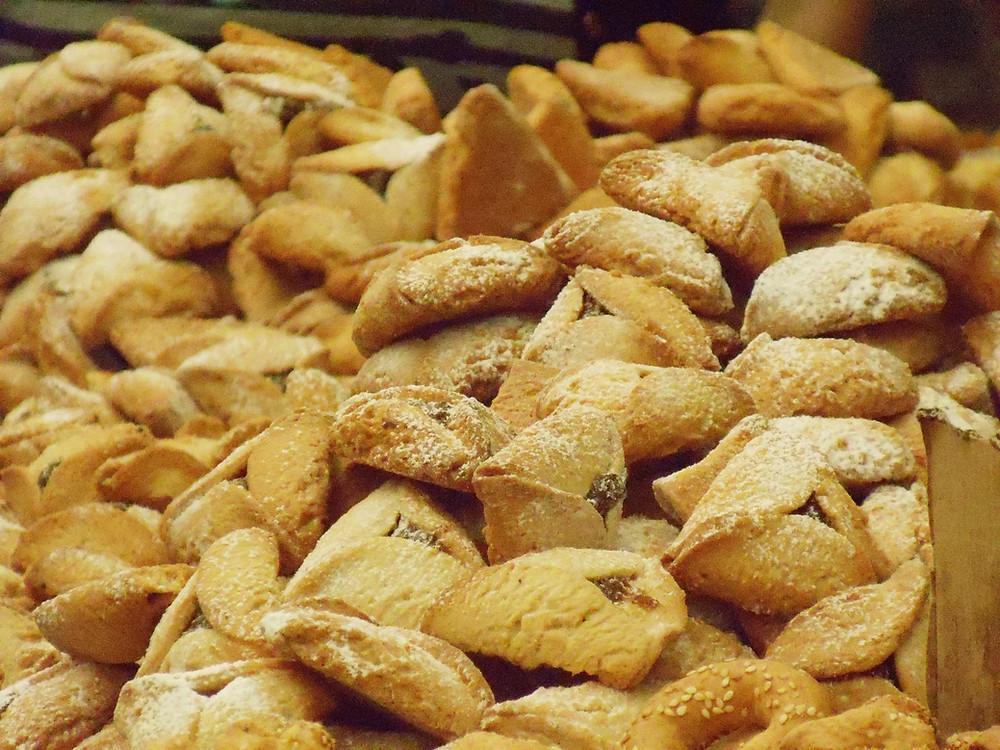 A large pile of baked mishloah manot