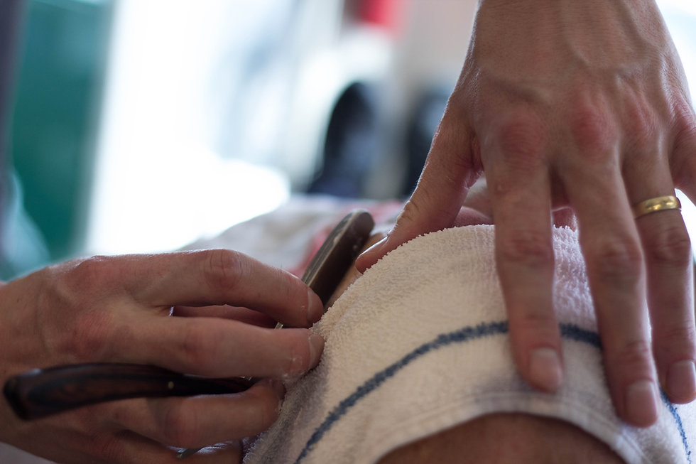 Foto de um fisioterapeuta tratando paciente