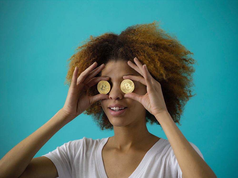 ragazza con bitcoin sugli occhi