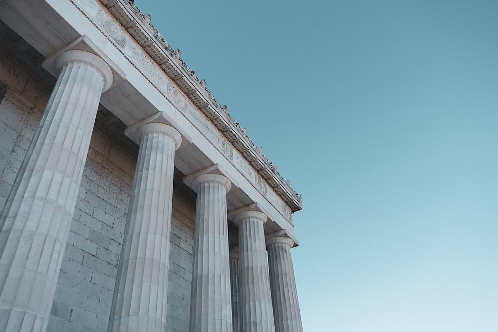 Fünf Säulen an antikem Gebäude im Anschnitt.
