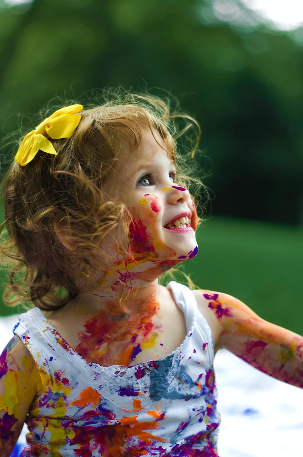 Materiais artísticos, como lápis de cor, tintas e cola irão ajudar na criatividade dos pequenos.