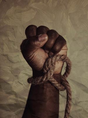 Lontani dagli occhi. Donne e uomini ridotti in schiavitù nelle campagne italiane
