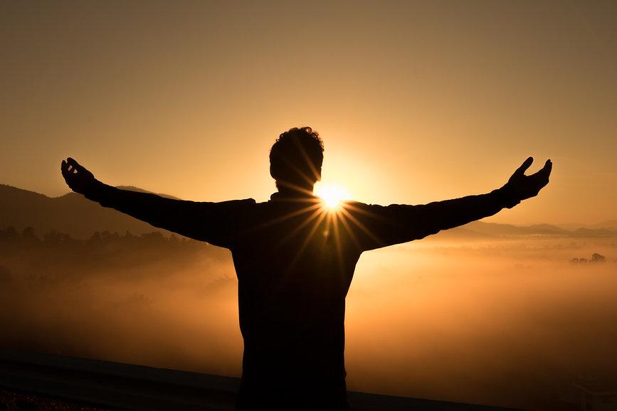 homme devant coucher de soleil